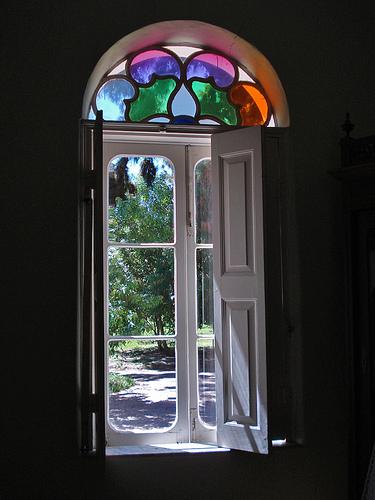 okno ozdobione kolorowym witrażem