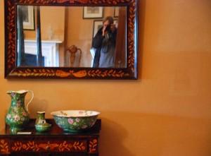 lustro na ścianie